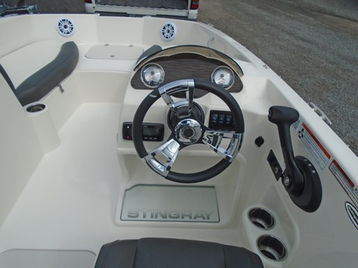2019 Stingray boat for sale, model of the boat is 182 SC Blue Graphics For Sale - STR112 & Image # 4 of 5