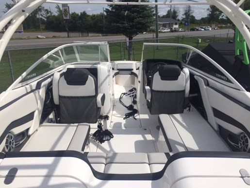 2019 Yamaha boat for sale, model of the boat is 242 LIMITED S (E-SERIES) & Image # 3 of 5