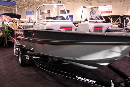 Tracker Targa V18 Quartering