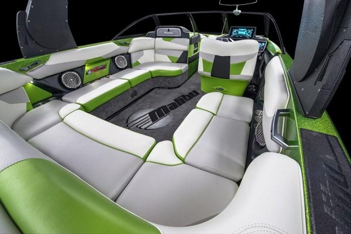 Malibu 22 VLX studio stern seats