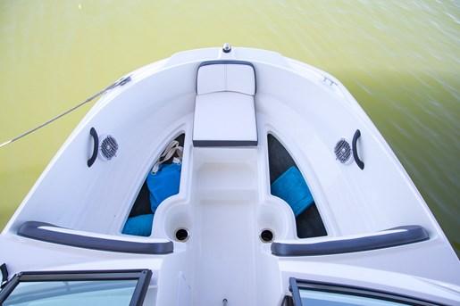 Sea Ray 21 SPX bow