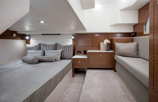 cruisers yachts 39 express coupe master state room