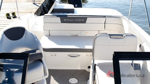 Bayliner VR5 OB cockpit