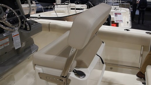 Boston Whaler 230 Outrage Leaning post