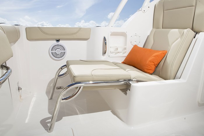 pursuit dc 235 center console stern seat lounge