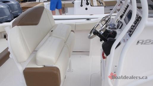 Robalo R222 ES Helm Seat