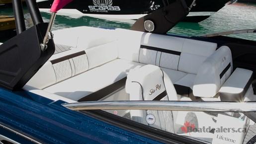 SeaRay SLXW 230 Cockpit