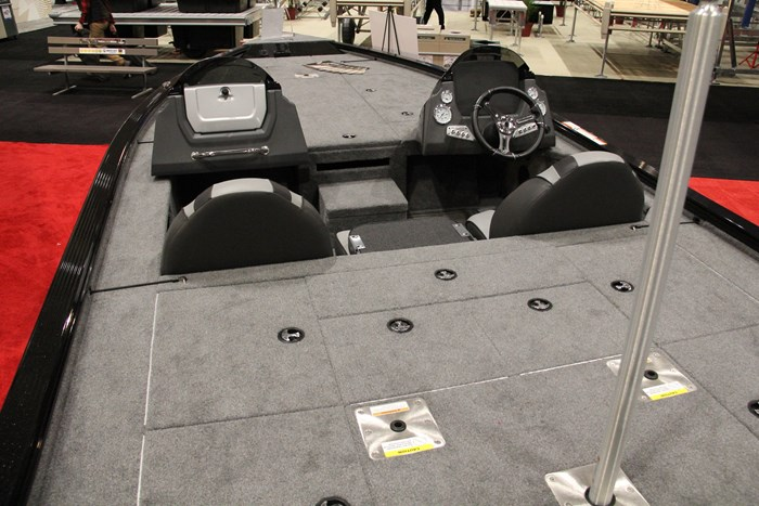 Lund 2075 pro v bass boat