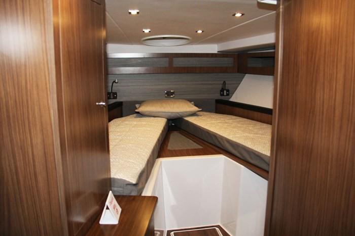 Four winns vista 355 coupe bed