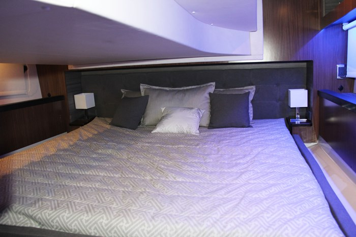 Four winns vista 355 coupe master bed