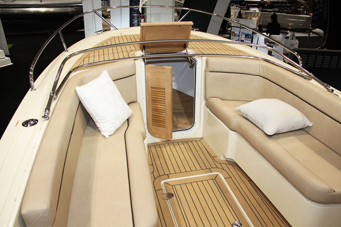 vanquish 26 center console bench