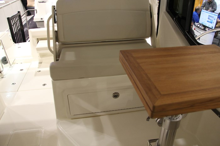 Boston Whaler 325 Conquest cockpit table