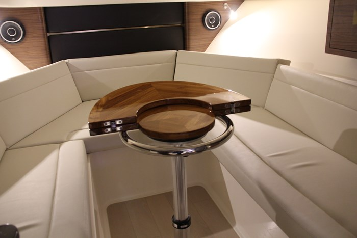 Boston Whaler 325 Conquest cuddy table