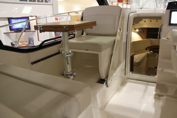 Boston Whaler 325 Conquest seat