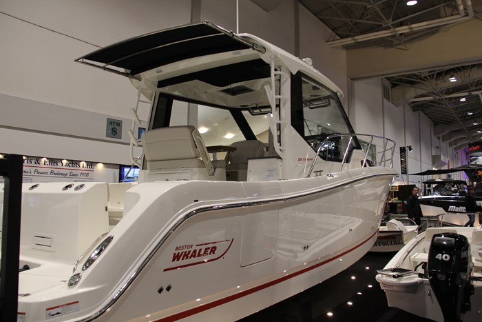 Boston Whaler 325 Conquest starboard