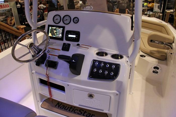 Nauticstar 231 hybrid cc helm-2