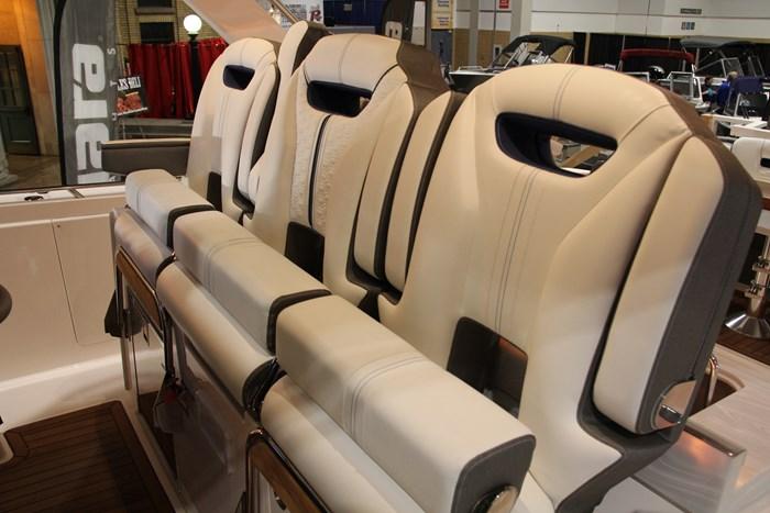 Tiara sport 38 ls helm seat