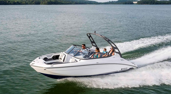 yamaha-boats-2020-212-s-family-driving-fast-front-side-view-white-boat