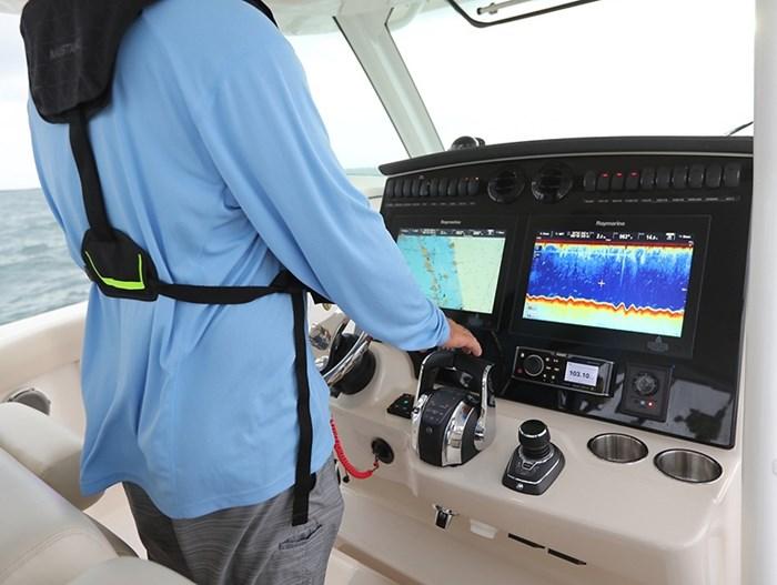 Boston Whaler 380 outrage cc helm