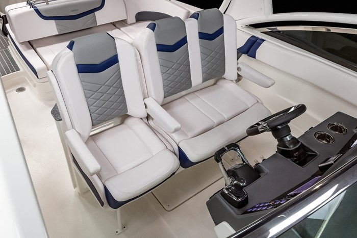 Chaparral OSX-300-helm seats