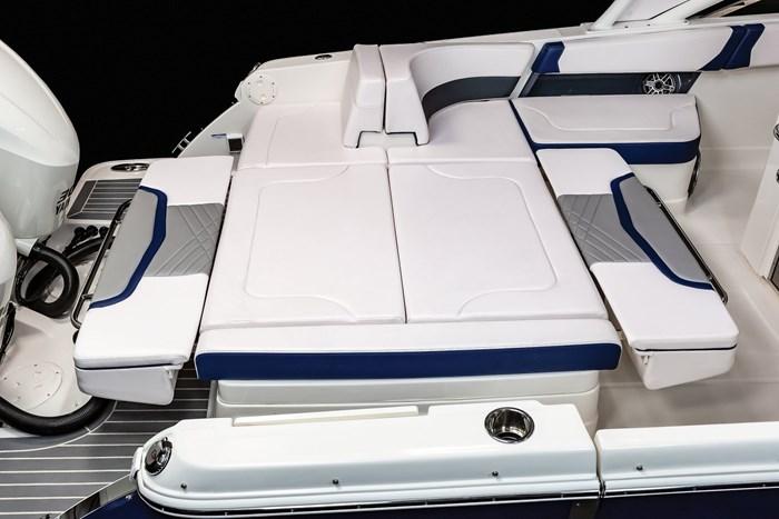 Chaparral OSX-300-stern seats lounge flat