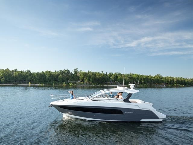2017 Cruisers Yachts 39 Express Coupe Photo 11 sur 39