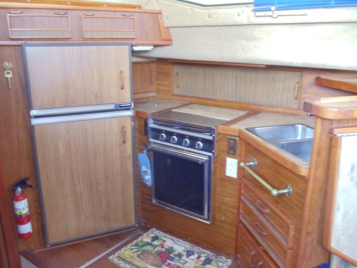 1983 Sea Ray 355 Aft Cabin Photo 11 of 19
