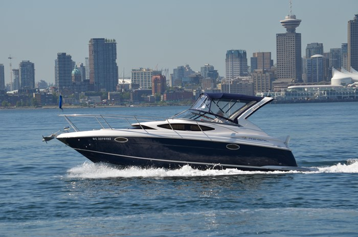 2009 Regal 3060 Express Cruiser Photo 2 sur 28