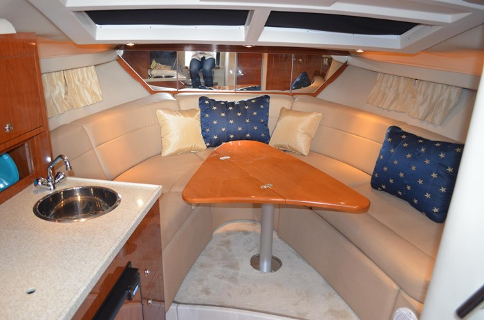 2009 Regal 3060 Express Cruiser Photo 17 sur 28