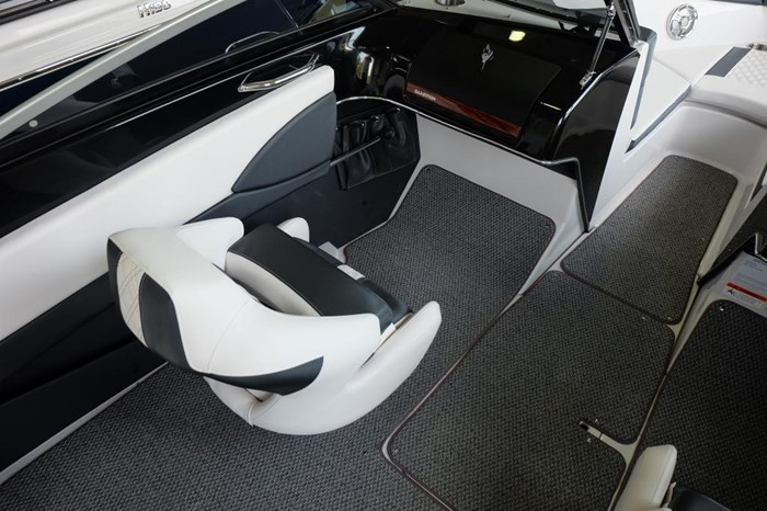 2019 Glastron GT 205 Mercruiser 250HP Trailer Ext Platform Photo 8 sur 19