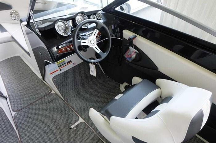 2019 Glastron GT 205 Mercruiser 250HP Trailer Ext Platform Photo 12 sur 19