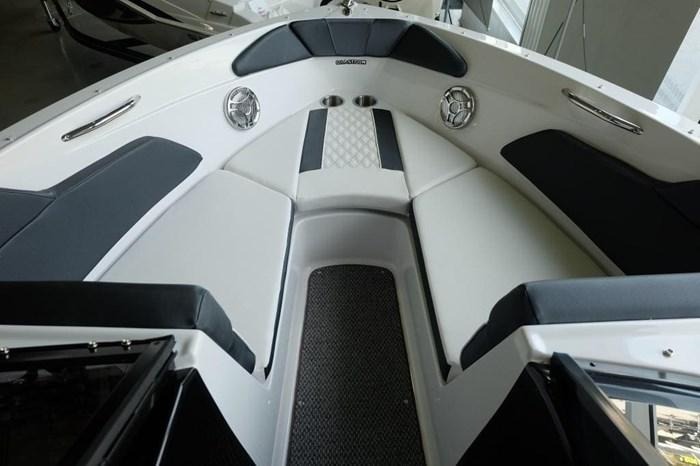 2019 Glastron GT 205 Mercruiser 250HP Trailer Ext Platform Photo 16 sur 19