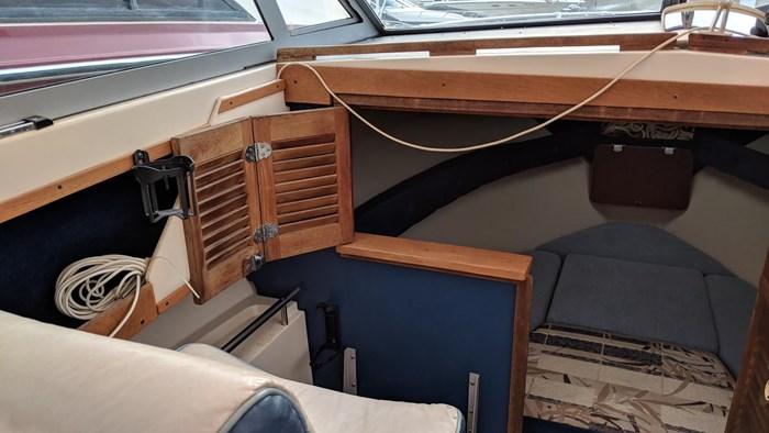 1983 Cruisers Yachts Barnegat Photo 4 of 7