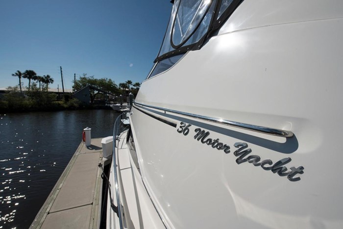 2005 Carver 366 Motor Yacht Photo 14 sur 37