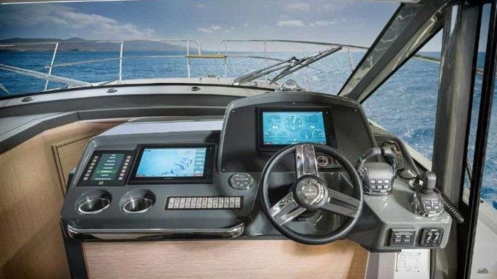 2018 BAVARIA R40 COUPE VOLVO D6-370 Photo 13 of 19