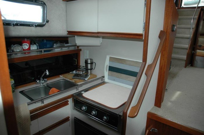 1990 Carver 36 Aft Cabin Photo 17 of 25