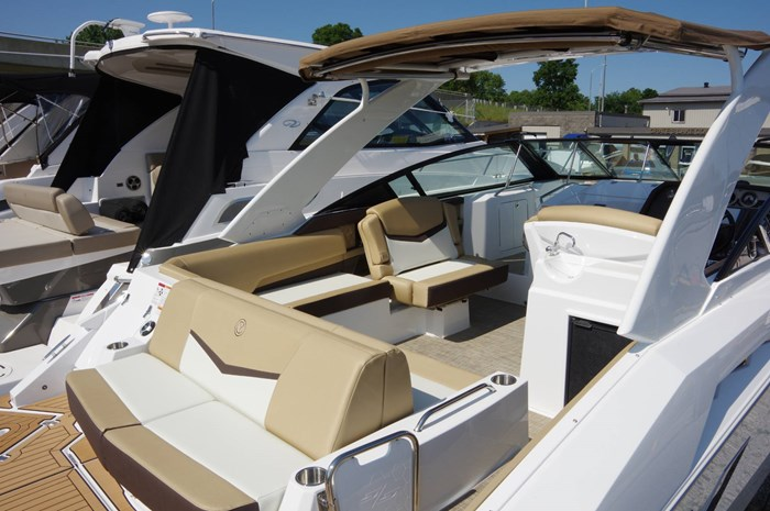 2016 Cruisers Yachts 328/338 SS Photo 3 sur 34