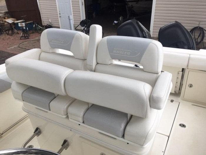 2015 Boston Whaler 250 Outrage Photo 7 of 11