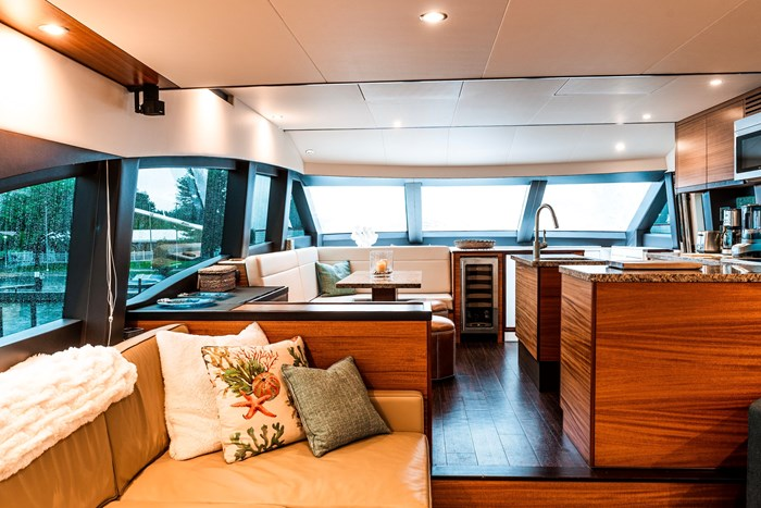 2011 Hattaras 60 MOTORYACHT Photo 3 of 9