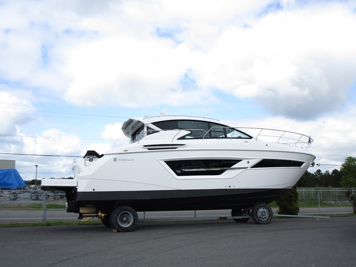 2020 CRUISERS YACHTS 46 CANTIUS Photo 2 of 11