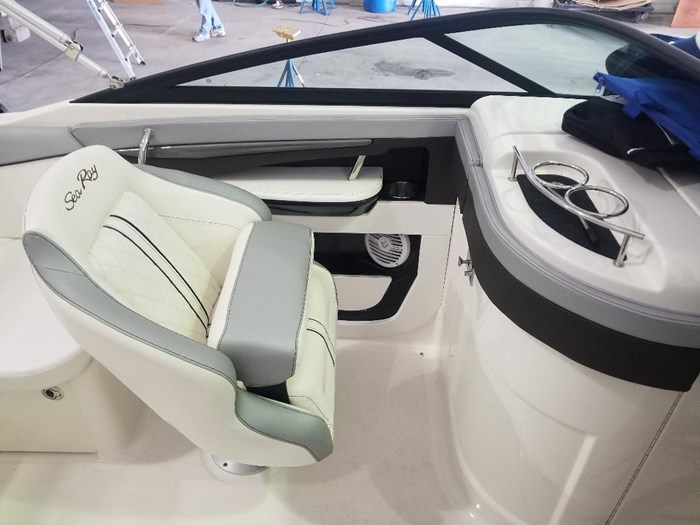 2017 Sea Ray 220 SUNDECK Photo 9 of 14