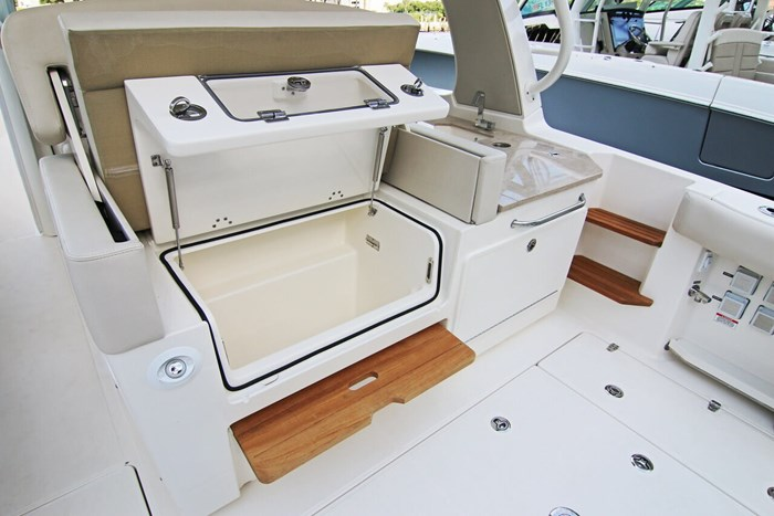 2020 Boston Whaler 350 Realm Photo 6 of 12