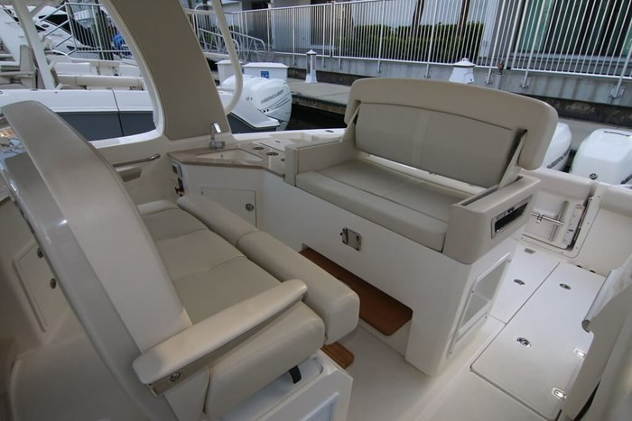 2020 Boston Whaler 350 Realm Photo 8 of 12