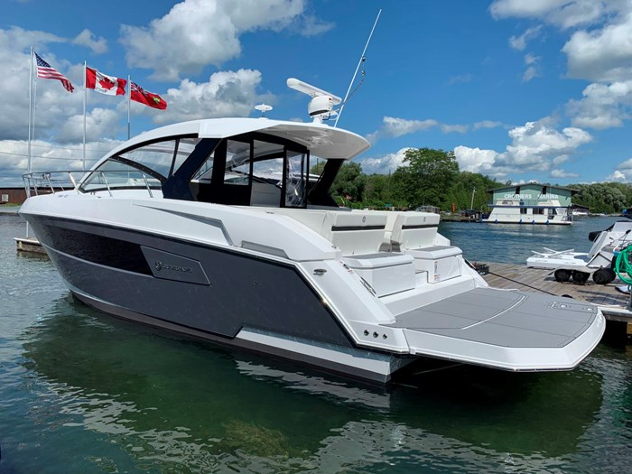 2020 Cruisers Yachts 390 Express Cruiser Photo 3 sur 50