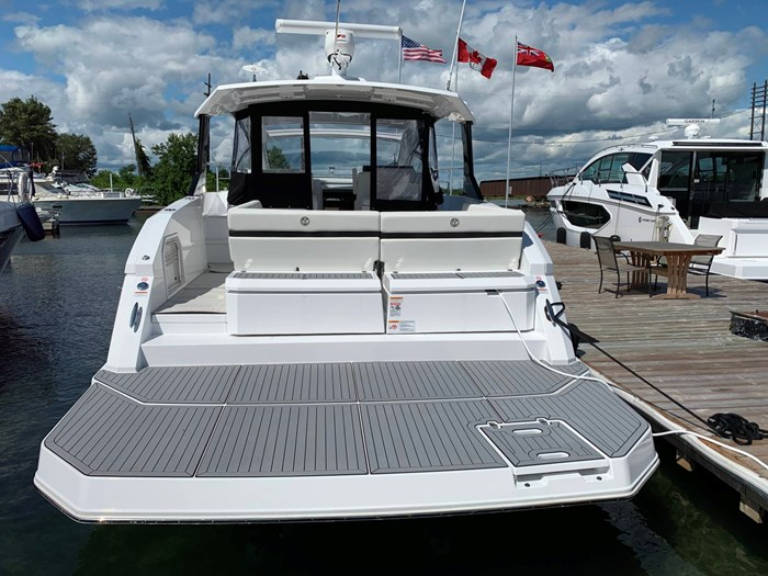 2020 Cruisers Yachts 390 Express Cruiser Photo 5 sur 50