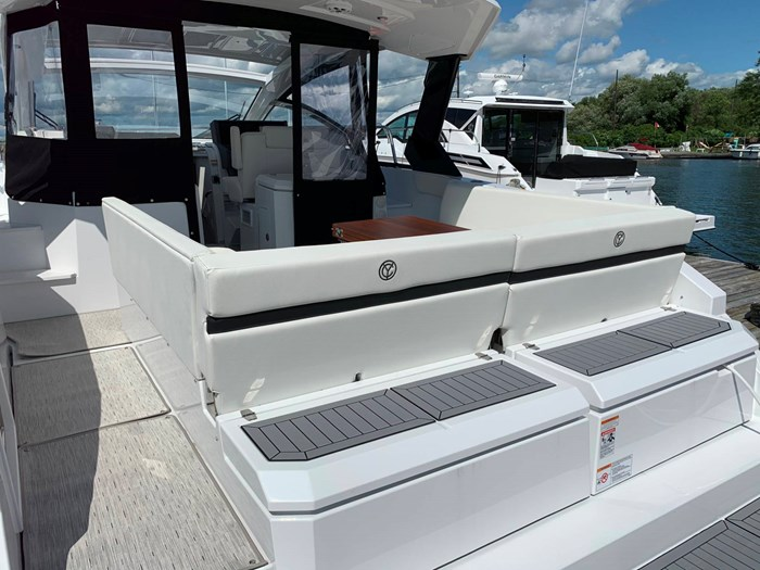 2020 Cruisers Yachts 390 Express Cruiser Photo 6 sur 50