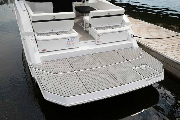2020 Cruisers Yachts 390 Express Cruiser Photo 4 of 18