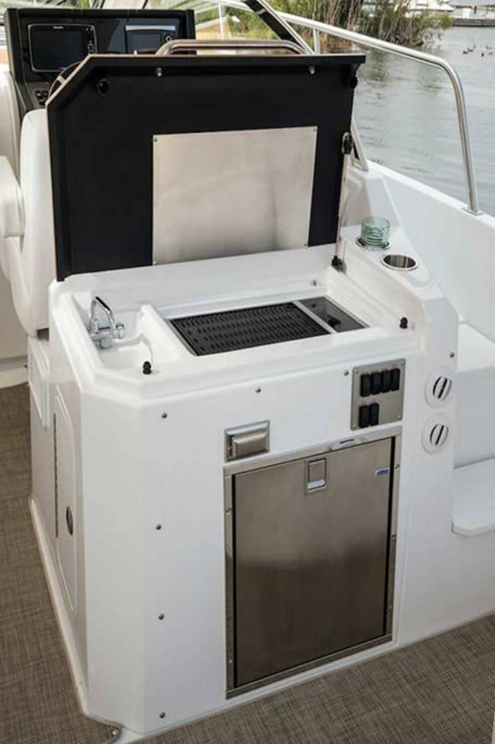 2020 Cruisers Yachts 390 Express Cruiser Photo 6 of 18
