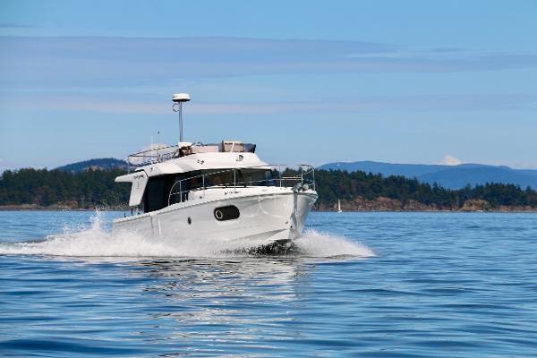 2020 Beneteau 30 Swift Trawler Photo 2 of 53