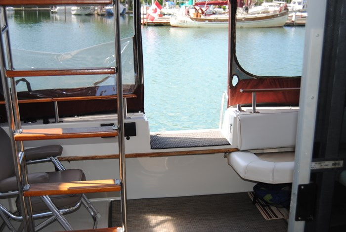 1986 Cruisers Yachts 3380 Chateau Vee / Esprit Photo 2 of 7